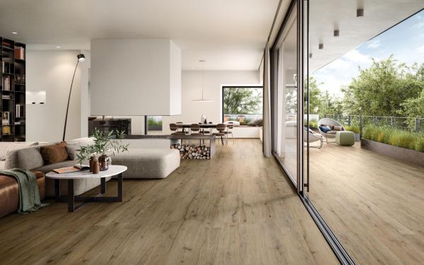 Carrelage sol imitation parquet au même niveau que les seuils de la maison
