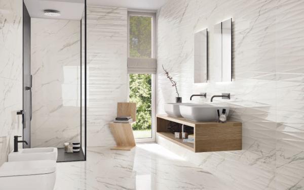 Salle de bains aux courbes épurées et carrelage imitation marbre