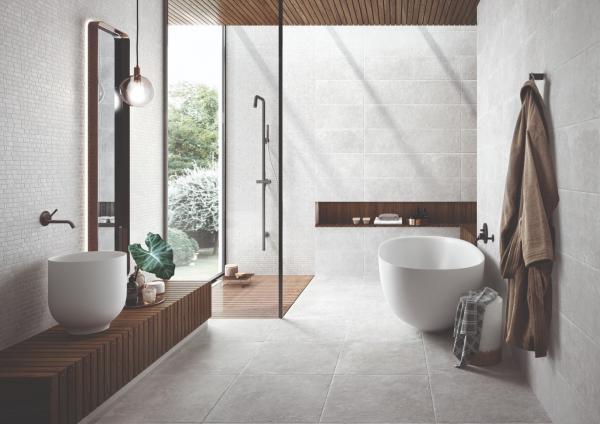 Salle de bains épurée avec ambiance naturelle (bois et carrelage effet pierre)