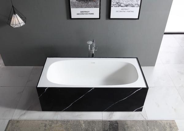 Baignoire îlot avec contour effet marbre en noir ou en blanc
