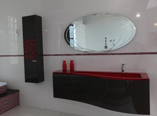 Meubles salle de bain décor rouge