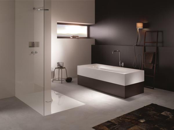 Salle de bains avec douche à l'italienne et baignoire à tablier