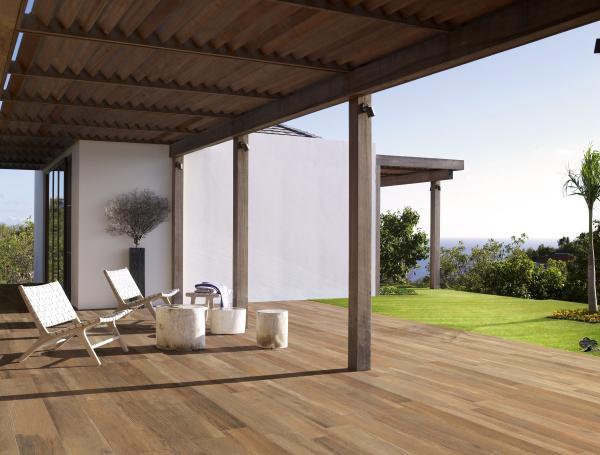 Terrasse avec carrelage posé sur plots - imitation parquet