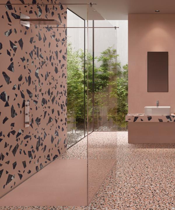 Salle de bains avec carrelages aux motifs différents - tons roses