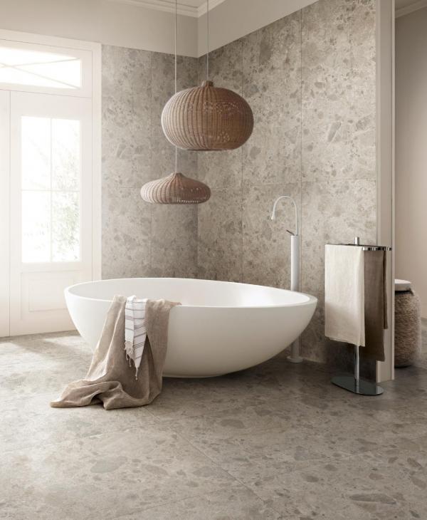 Baignoire îlot & carrelage mural et sol en effet pierre - salle de bains