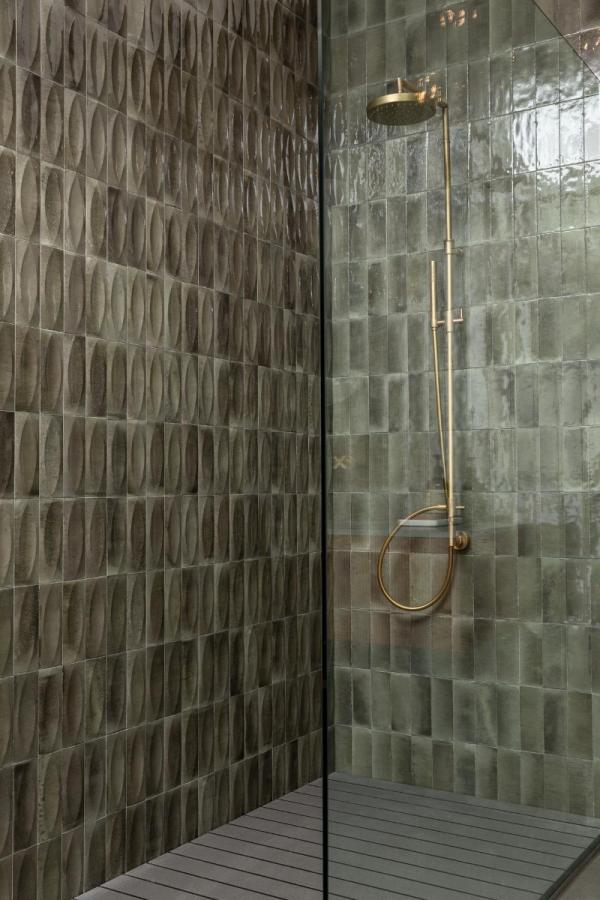 Carrelage mura effet zellige dans une douche