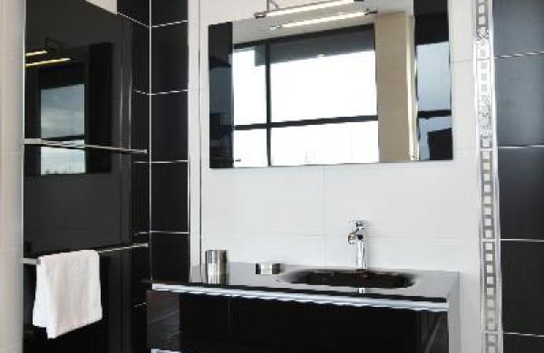 meuble noir plan verre moulé noir