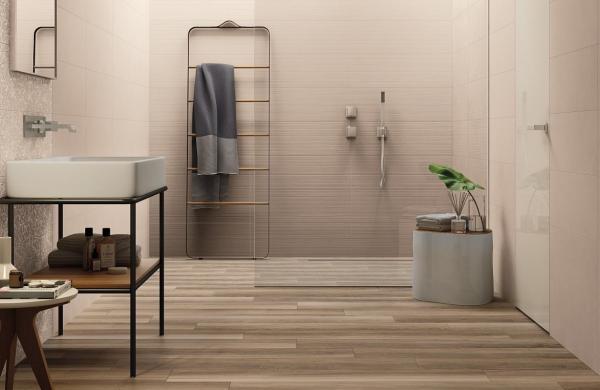 Douche à l'italienne avec carrelage imitation bois