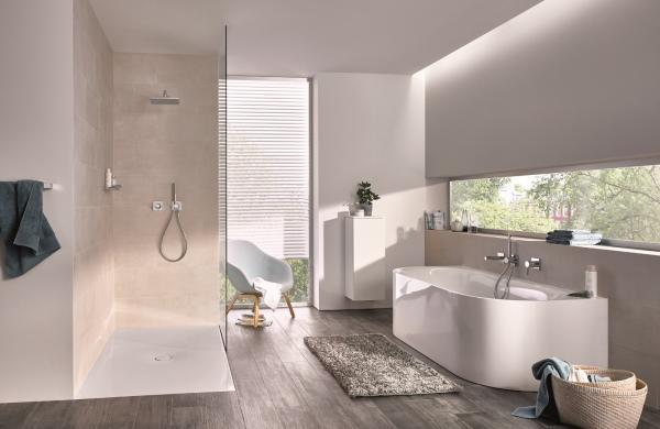 salle de bains avec baignoire semi îlot et douche à l'italienne