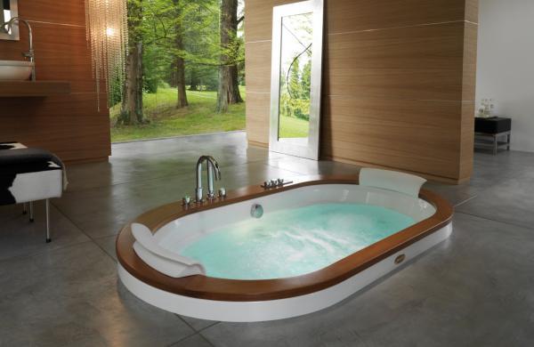 Baignoire balnéo encastrée pour deux personnes avec contour bois