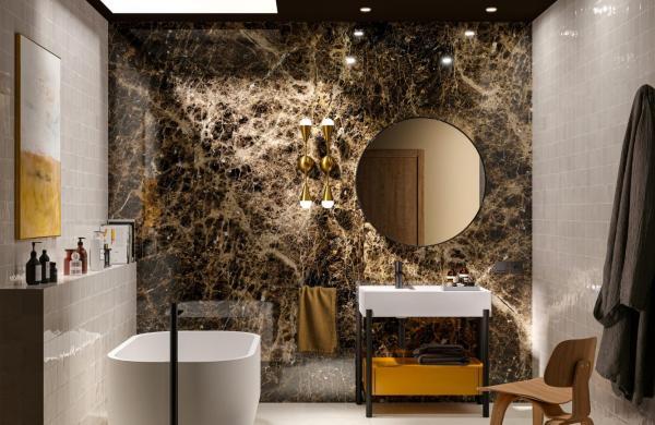 Salle de bains tendance avec une baignoire îlot et du carrelage effet marbre
